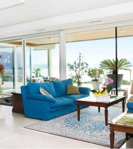 Il salone principale dell'abitazione; le belle vetrate si affacciano su un grande balcone dal quale si può ammirare una vista spettacolare sul Lago