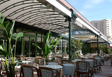L'ombra di KE si espande sul Café de Paris